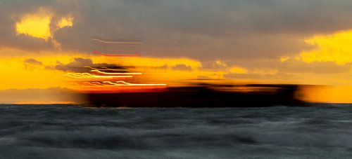 Schip doorkruist zonsondergang, lichte versie, Zoutelande, afbeelding zonsondergang van
