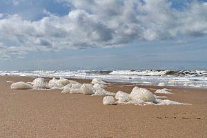 Schuim op het strand van Noordwijk van Marcel Verheggen