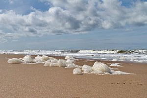 Schuim op het strand van Noordwijk van
