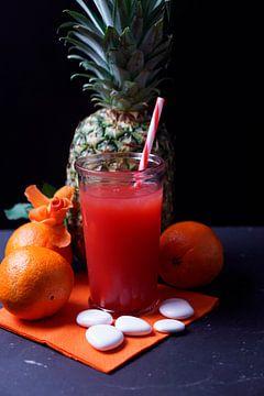 Ananas-Pfirsich-Orange-Limonade im Glas. von Babetts Bildergalerie