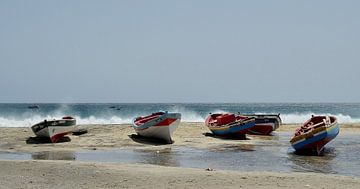 Vissersboten op het strand van  San Pedro, Sao Vicente, Kaapverdië van