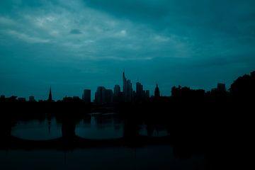 Frankfurtse skyline op het blauwe uur van AXpctrs