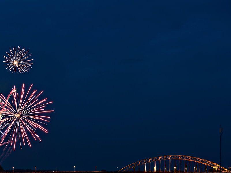 Vuurwerk boven Nijmegen van Maerten Prins