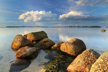 IJsselmeer met grote rivierkeien onder wolkenlucht van FotoBob