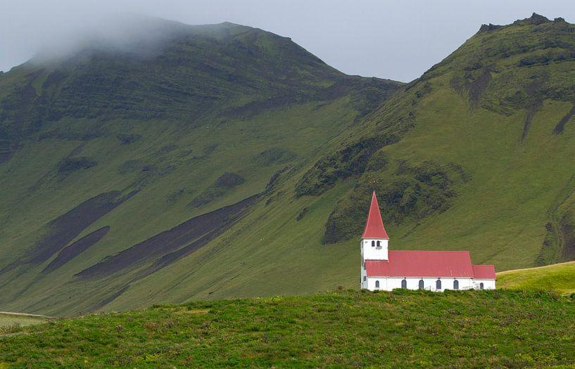 Kerkje bij Vik in IJsland van Menno Schaefer