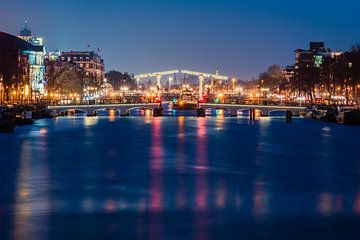 Le maigre pont (Magere Brug) d'Amsterdam dans la nuit sur