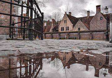 Reflectie van de historische panden in het centrum van Brugge, België van Kim de Been