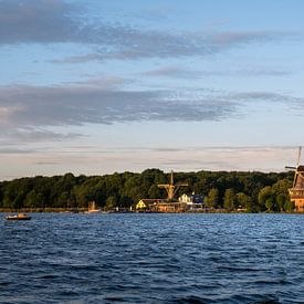 Zonsondergang met Nederlandse windmolen in de wateren van Kralingse Plas, Rotterdam, Nederland van Tjeerd Kruse
