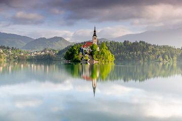 Beroemde Maria Hemelvaartkerk op een eiland in het meer van Bled van Gijs Rijsdijk
