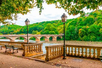 Terrasse am Fluss Dordogne, Frankreich von Fotografie Arthur van Leeuwen