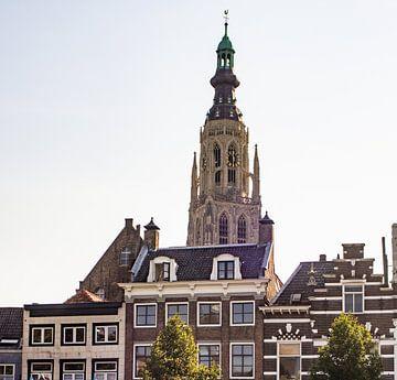 De Grote Kerk in Breda in de volle zon van san sober