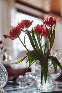 Tulpen in kristallen vaas in de ochtendzon van Jonai