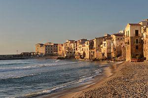 Strand en de huizen van Cefalu op Sicilië in het laatste zonlicht