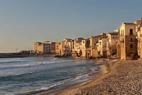 Strand en de huizen van Cefalu op Sicilië in het laatste zonlicht van iPics Photography