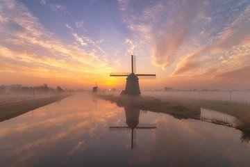 Moulins à vent au lever du soleil Alkmaar Pays-Bas sur Stuart Dayus