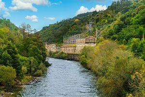 Fluss mit Stromverteilungsstation in einem Berggebiet im Norden Portugals