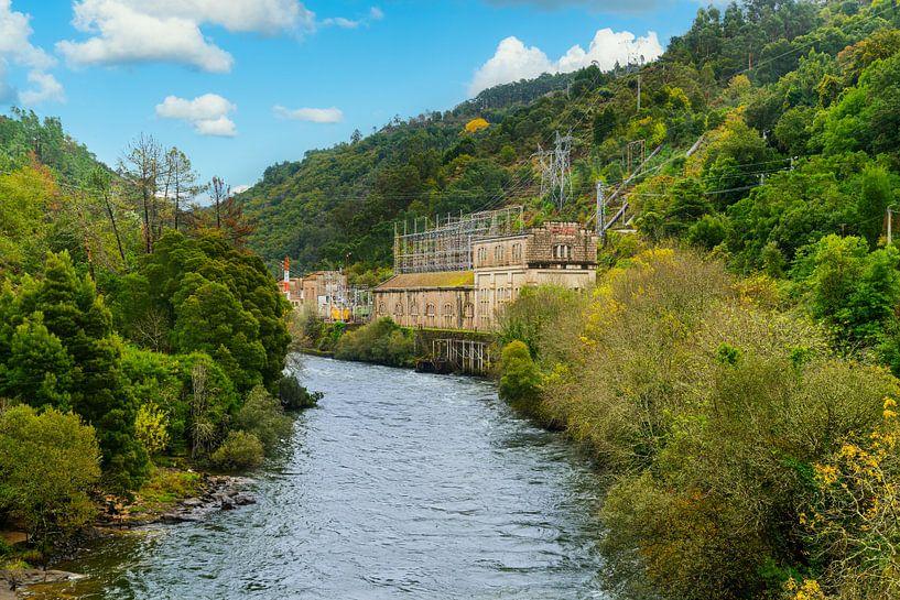 Fluss mit Stromverteilungsstation in einem Berggebiet im Norden Portugals von Ivo de Rooij
