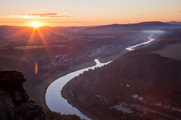 Zonsopgang over de rivier de Elbe van Sergej Nickel