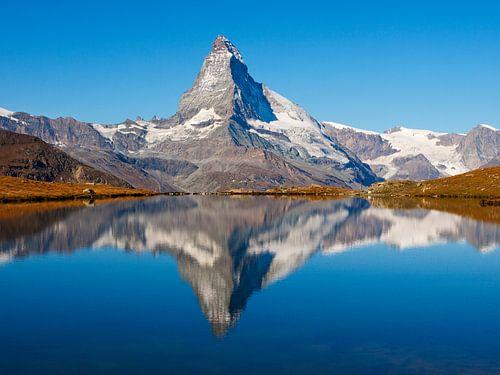 De Matterhorn bij Zermatt weerspiegeling in de Stellisee van Menno Boermans