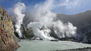 Krater meer van Whakaari, de Maori-naam voor White Island in Nieuw Zeeland van Aagje de Jong