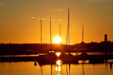 Boten in de haven bij zonsondergang van Marcel Ethner