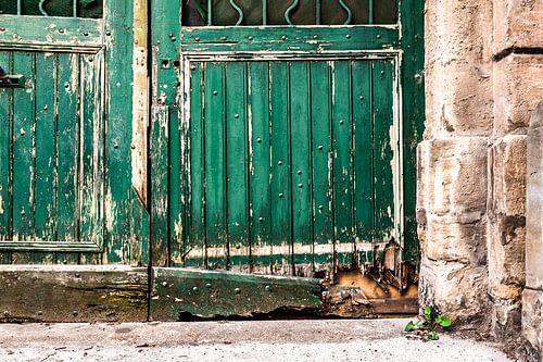 Oude vervallen deur met afgebladderde verf