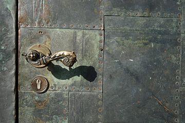 oude deurklink aan de dom van Magdeburg van Heiko Kueverling