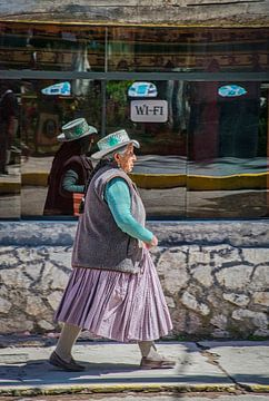 Peruaanse vrouw voor een internetcafe van Rietje Bulthuis