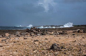 Côte accidentée et nuages sombres à Boka Onima sur Bonaire sur Alie Messink