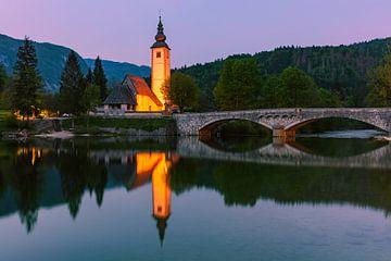 De kerk van St. Johannes de Doper aan het Bohinj-meer, Slovenië van Henk Meijer Photography