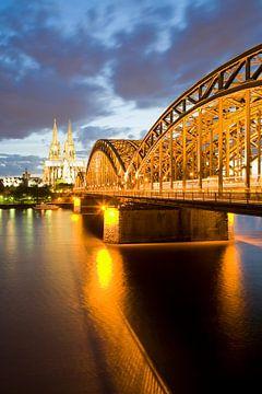 Keulen met de kathedraal en de Hohenzollern-brug 's nachts van Werner Dieterich