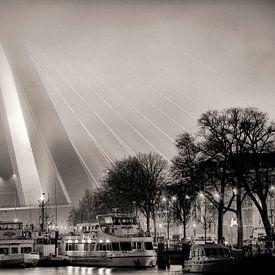Erasmusbrug in de mist van Vincent van Kooten