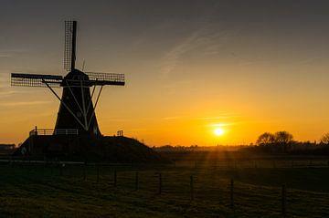 beruhigende Sonnenuntergang mit einer Windmühle  von Rene Wassenbergh