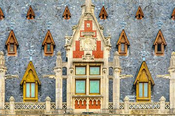Dak van het stadhuis in Calais- Noord Frankrijk van Harrie Muis