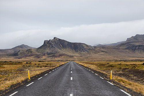 De eenzame lege weg naar de bergen