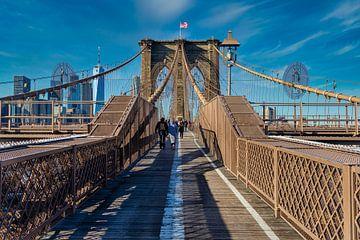 Brooklyn Bridge, NYC Tageslicht Ansicht mit Menschen zu Fuß auf der Brücke, Skyline und Wolken im Hi von Mohamed Abdelrazek
