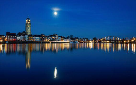 Deventer, Skyline @ blue hour van Martin Podt