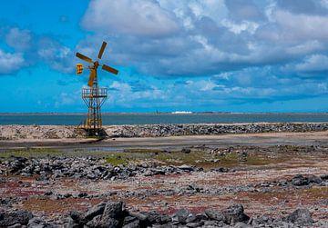 Geel geschilderde ijzeren windmolen bij de zoutmeren van Alie Messink
