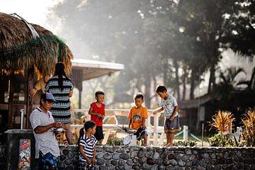 Routes de crabes dans un village de pêcheurs aux Philippines. sur Yvette Baur