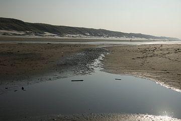 stroompje water op het strand van Cora Unk
