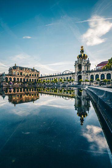 Zwinger Dresden, overdag weerspiegeling in het water