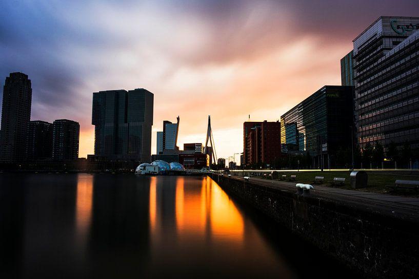 Coucher de soleil sur Rotterdam avec, entre autres, le pont Erasmus sur Tom van Vark Photography