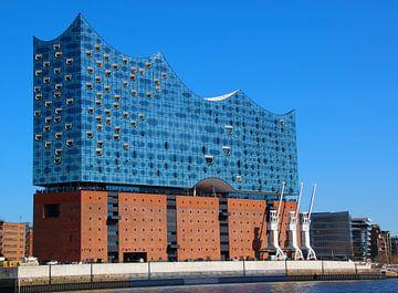 Elbphilharmonie in de zon van de rivier de Elbe van Die Farbenfluesterin