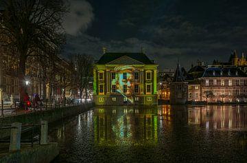 La Mauritshuis avec une projection de lumière de Rembrandt van Rijn sur Marian Sintemaartensdijk