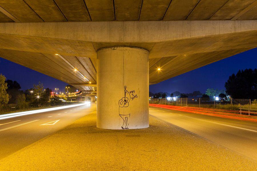 Graffiti afbeelding  'Play I Some'  onder viaduct ringweg  Groningen