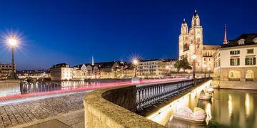 Vieille ville avec le Grossmünster à Zurich la nuit sur Werner Dieterich