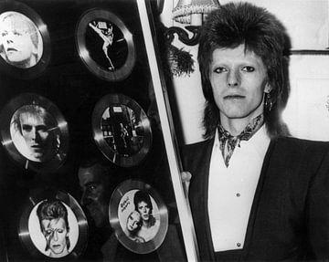David Bowie ontvangt zes gouden platen in 1974 van Bridgeman Images