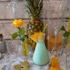Cocktail mit Sahne Wodka Blue Curacao Kokosnuss Sirup Crush-Eis und Ananassaft. von Babetts Bildergalerie