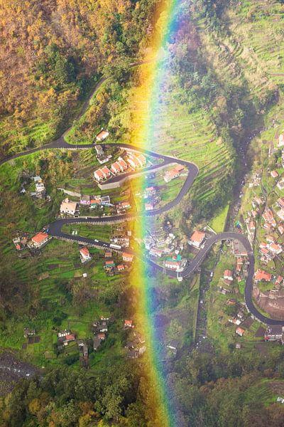 Regenboog in de bergen van Michel van Kooten