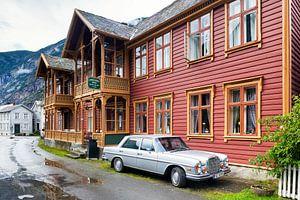 Mercedes-Benz oldtimer voor een karakteristiek Noors hotel in Laerdalsoyri